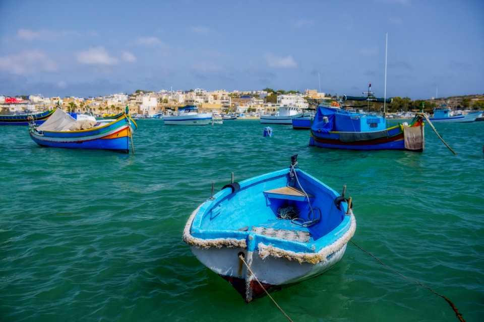 Turkoosinsininen meri ja sininen vene